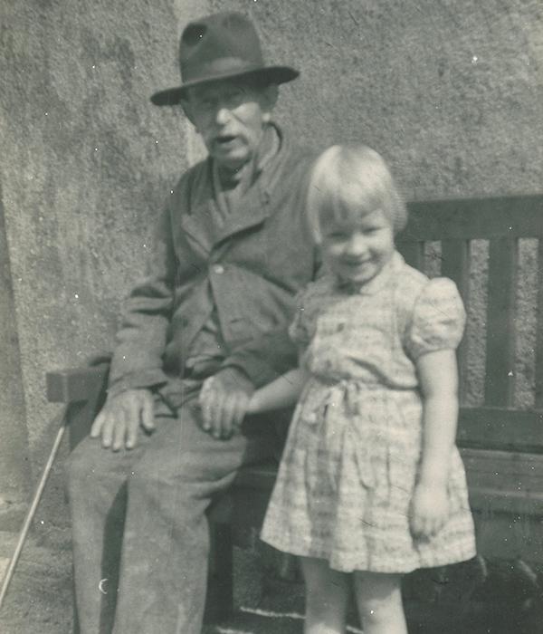 Hermann med opsynsmandens datter Lisa fotograferet på Fattiggården i 1950'erne